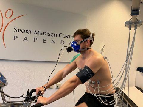Man zit op fiets en neemt VO2-Max test af bij SMC Papendal
