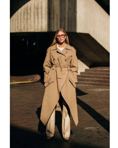 Trench coat, Coat, Clothing, Fashion, Overcoat, Fashion model, Street fashion, Outerwear, Beige, Footwear,