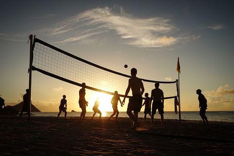 10 deportes que podemos practicar con amigos en la playa