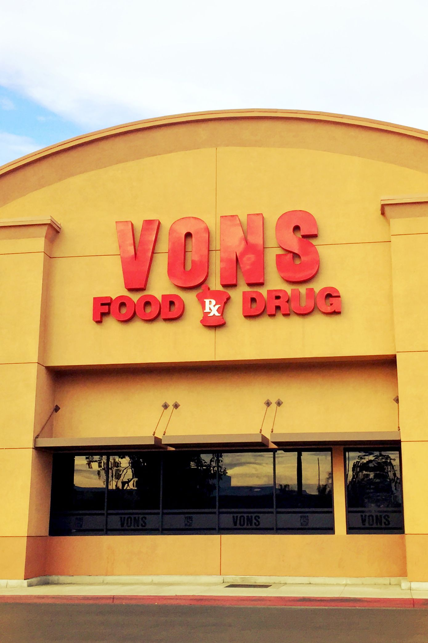 Vons food and drug store open on christmas day