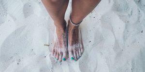 Vrouw met voeten in het zand