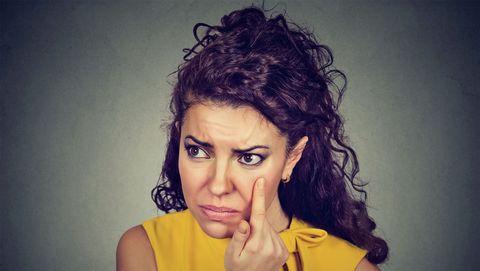 Vrouw die niet blij is met wallen onder haar ogen