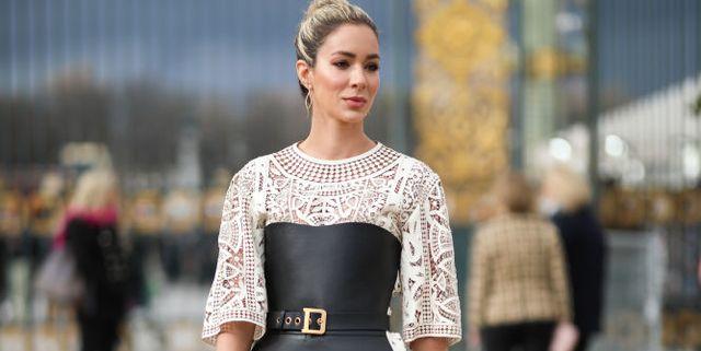 vrouw in gehaakte jurk