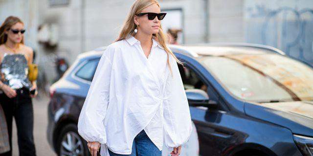 vrouw in witte blouse op straat