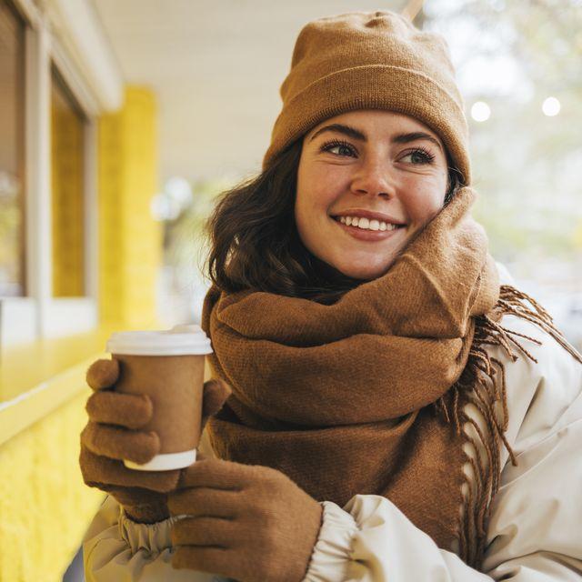vrouw met muts handschoenen en sjaal