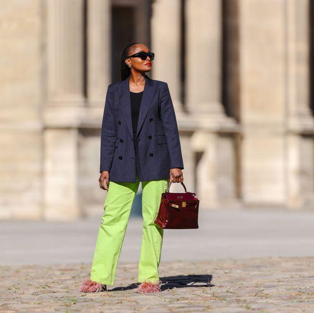 vrouw op straat in blazer