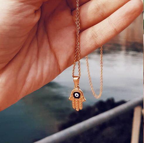 Jewellery, Fashion accessory, Ear, Body jewelry, Skin, Hand, Neck, Organ, Necklace, Finger,
