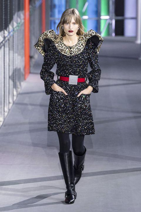 Fashion model, Fashion, Fashion show, Clothing, Runway, Street fashion, Shoulder, Haute couture, Footwear, Fashion design,