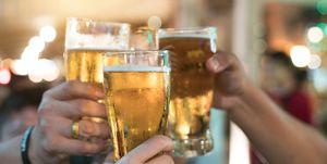Vrienden proosten met bier in hun handen