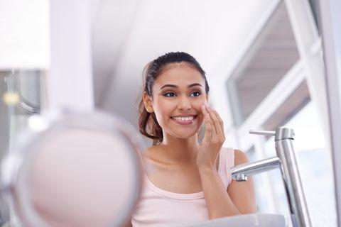 una mujer con rutina de limpieza facial