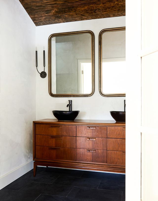 bathroom with plaster paint