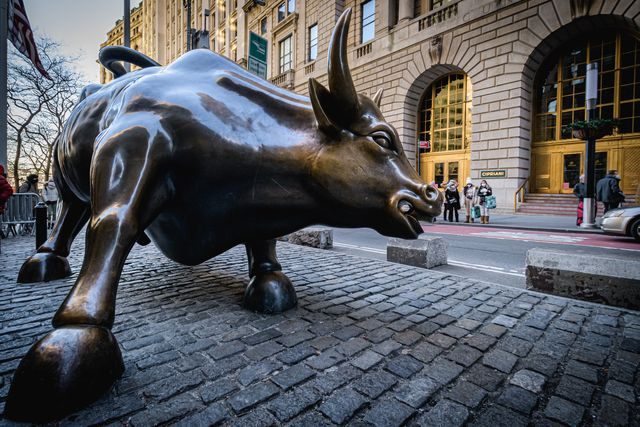 wall street bull statue in new york's financial district