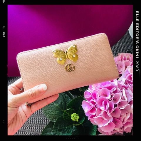Pink, Wallet, Fashion accessory, Magenta, Flower, Material property, Handbag, Plant, Coin purse, Hand,