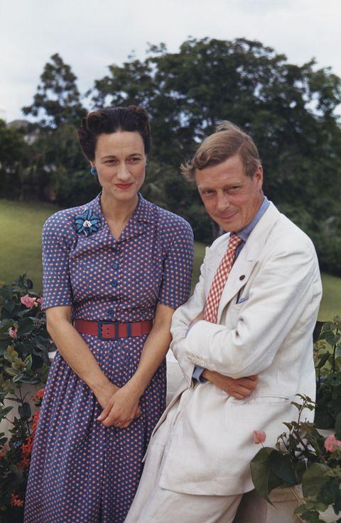 溫莎夫人穿紫色洋裝愛德華八世穿白色西裝