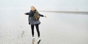 Vrouw aan het wandelen op het Wad