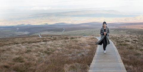 Vrouw aan het wandelen in de natuur