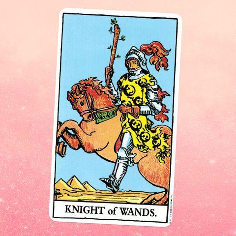 la carte de tarot le chevalier de baguettes, montrant un chevalier en armure à cheval sur un paysage désertique, tenant un bâton en bois