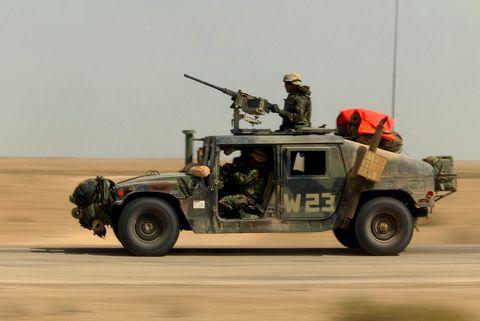 fgwarrolling323rl ???? 03232003 ???? irak ???? un humvee con una ametralladora calibre 50 montada en el rodillo superior
