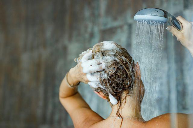 haar wassen onder de douche met shampoo