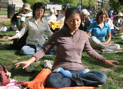 falun gong practitioners meditate 19 apr