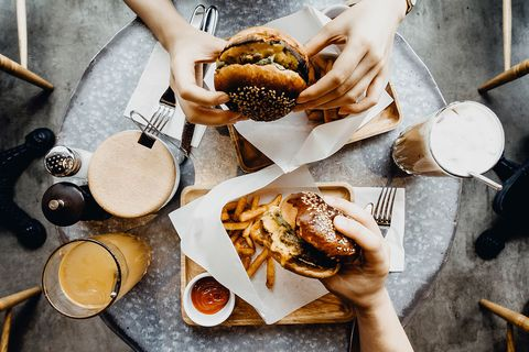 Burgers en frietjes op een tafel, van bovenaf geschoten