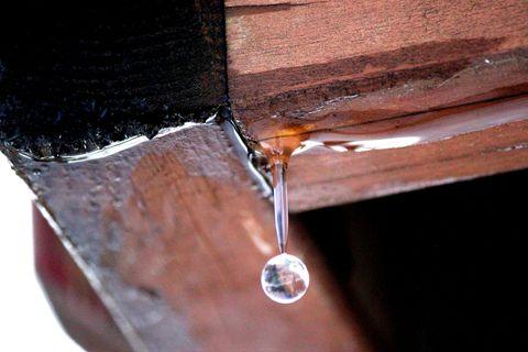 gota de agua colgando del techo de madera