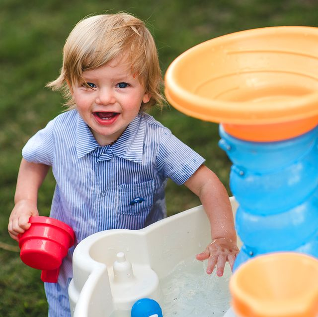 kid playing with water table