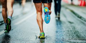 water sprays from under running shoes runner men, vo2, max