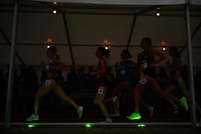 varias corredoras compiten siguiendo las liebres lumínicas wavelight
