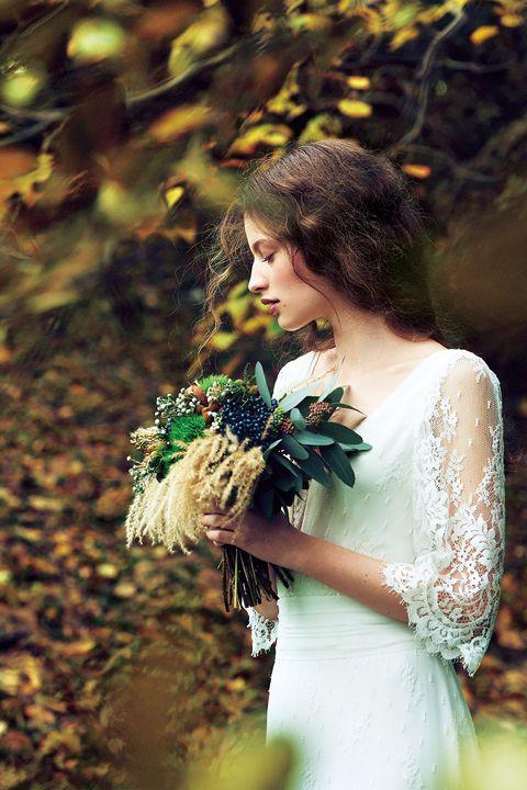 ビバーナムティナスやバーゼリアなどの実ものに、ススキやユーカリポポラスのグリーンを合わせた秋色ブーケ