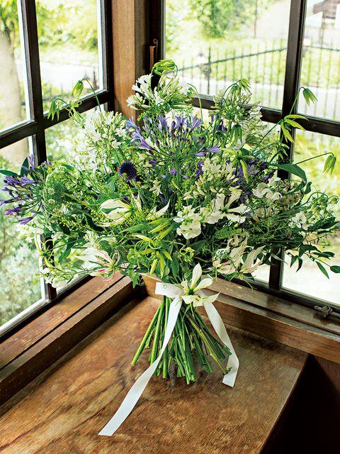 白花とグリーン、ブルーのアガパンサスをアクセントにボリュームたっぷりに束ねたエアリーなブーケ