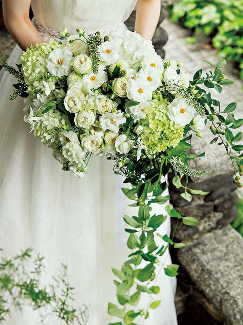 さまざまな白花を楕円にまとめて、グリーンをアシンメトリーに垂らしたブーケ
