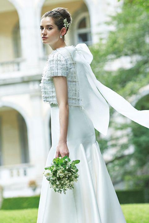 ツイード風の素材と風になびくリボンが新鮮なドレス