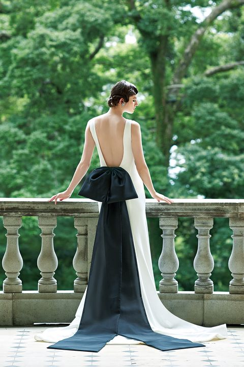 ミニマルなスレンダードレスにブラックボウを大胆にアレンジ