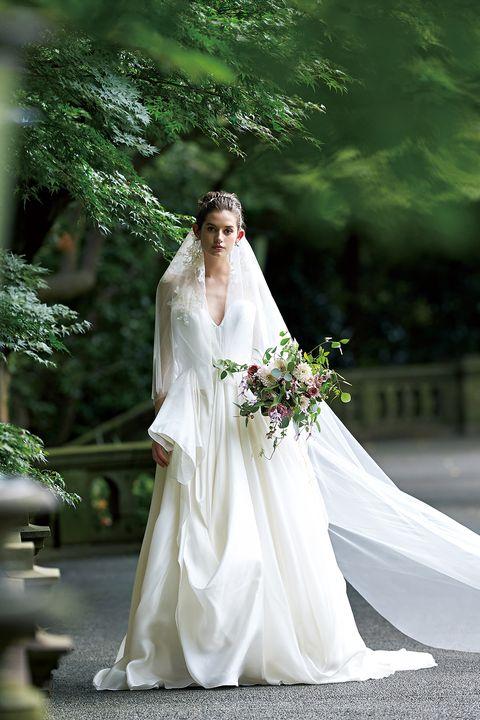 タッキングやプリーツなど複雑なディテールが美しさを強調したドレス
