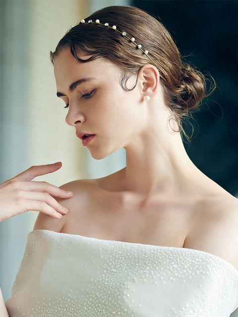 華やかなドレスには上品カチューシャでコンパクトヘアをブラッシュアップ