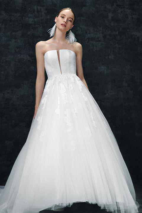 「プロノビアス」のウエストまで届くプランジネックのドレス