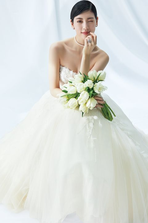 「プロノビアス アオヤマ」のチュールドレスに白いチューリップブーケを持った三吉彩花