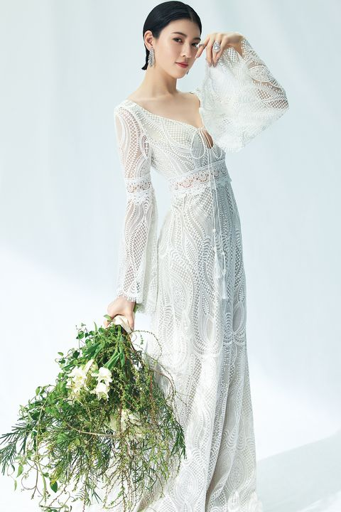 「ドレスモア」のトランペットスリーブのボヘミアンなドレスをまとう三吉彩花