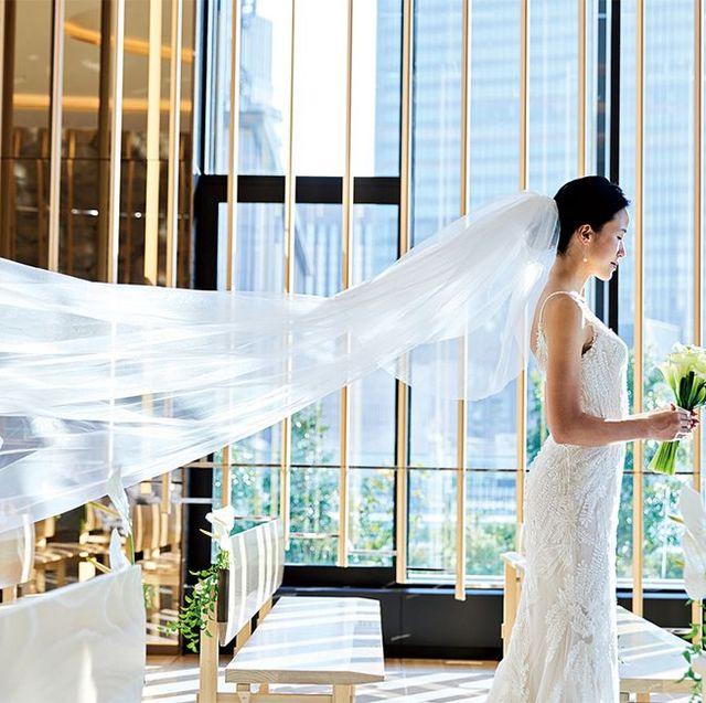 ベールをたなびかせながらたたずむリアル花嫁