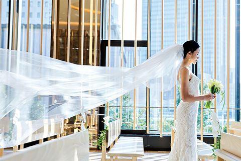 バックオープンのマーメイドラインのドレスを着た永山華奈さん