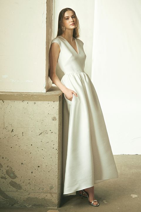 アンテリーベ「マリア・フェキ」のシンプルなドレス