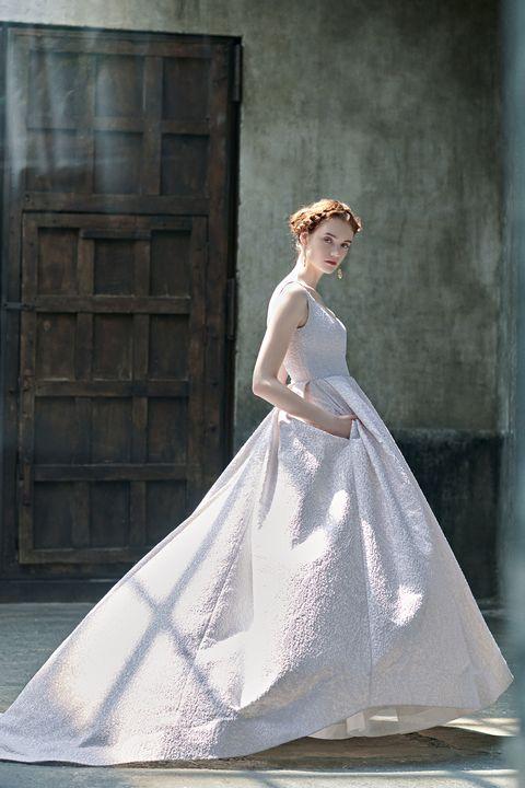 アンテリーベで扱っている「キャロル・ハンナ」の一着。ニュアンスカラーと、シボ感のあるテクスチャーのジャカード生地がポイントのドレス