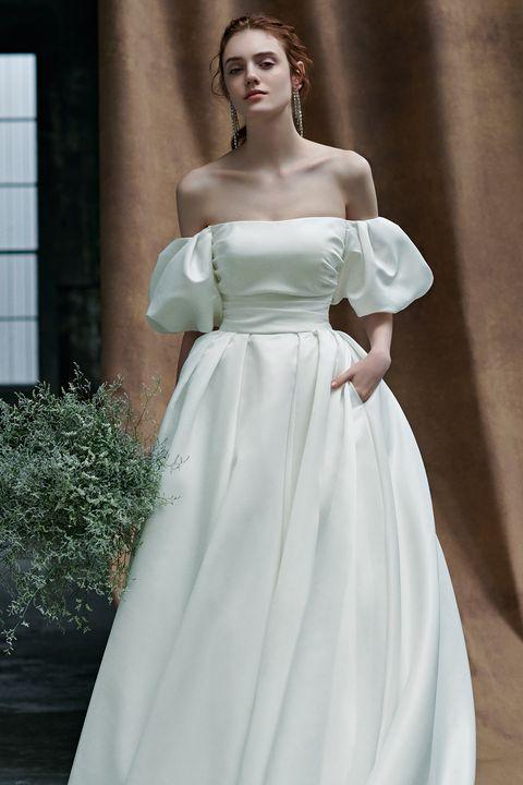 【ドレスモア】のシルクサテン生地のビッグパフスリーブドレス