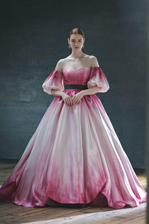 チューリップをイメージしたカラープリントが施された「キヨコハタ ウェディングス」のドレス