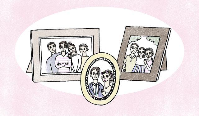 両家の家族写真とカップルの写真が並んでいるイラスト