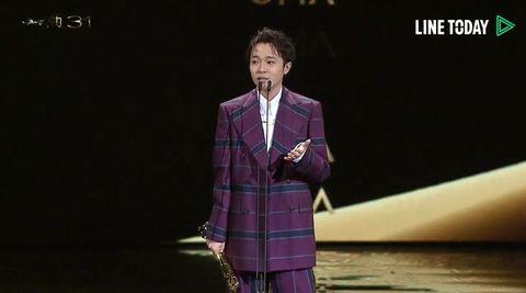 最後青峰在台上哽咽的說道:「謝謝我自己沒有被打倒,謝謝我自己死命的繼續唱歌、繼續歌頌,我想告訴自己你很努力了。」 讓網友們聽完也跟著鼻酸。