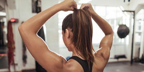 Vrouw doet haar vast in een elastiekje