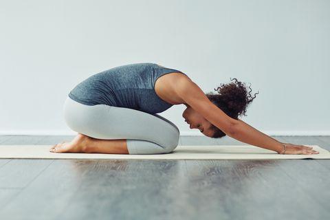 Physical fitness, Yoga, Shoulder, Yoga mat, Arm, Joint, Leg, Sportswear, Knee, Pilates,