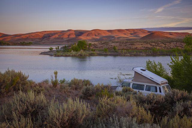 vw westfalia camped at bully creek reservoir near vale in eastern oregon